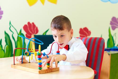 Enfant résolvant un puzzle